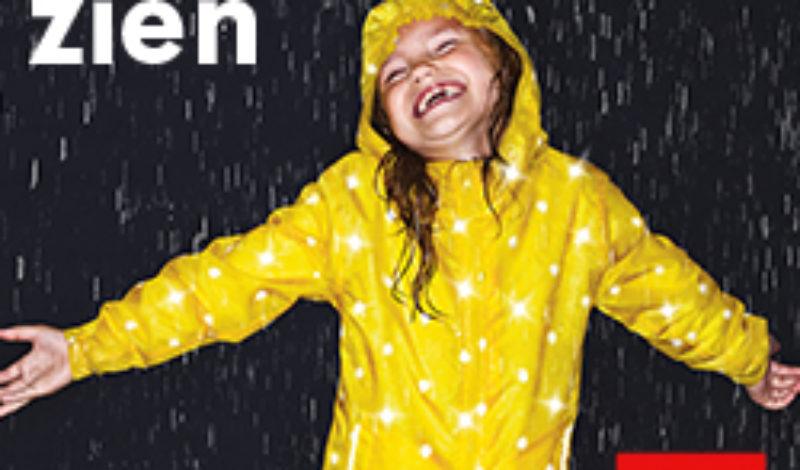 Dansen in de regenjaszie's van HEMA